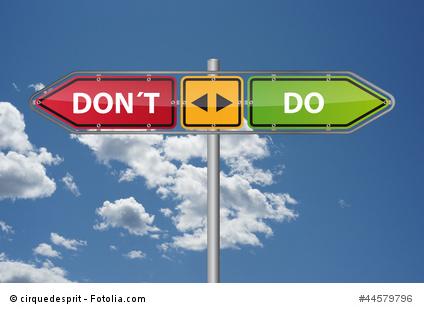 """Ein Straßenschild. In die linke Richtung steht auf rotem Grund """"Don't"""" und in die rechte Richtung auf grünem Grund """"Do""""."""