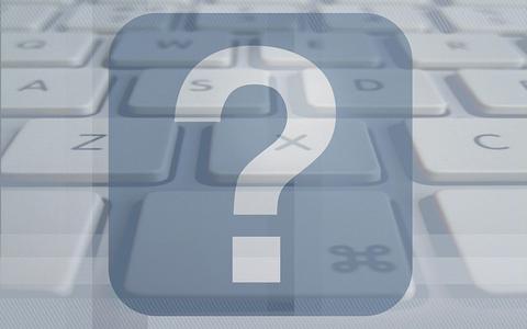 Eine Nahaufnahme einer Tastatur, vor der ein Fragezeichen zu sehen ist.