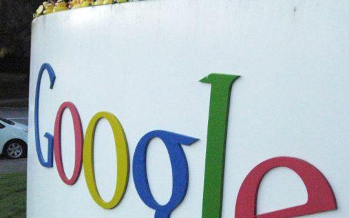 Ausschnitt des Google Logos an einer Mauer.