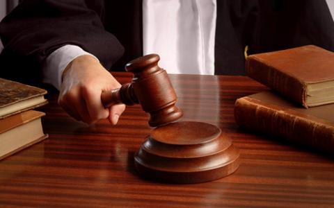 Ein Richter schlägt mit dem Richterhammer.