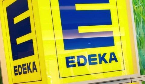 Fotografie des Edeka Logos.
