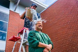 Bei der Ice Bucket Challenge ließen sich reihenweise Leute mit Eiswasser übergießen. Foto: By Chris Rand (Own work) [CC-BY-SA-4.0 (http://creativecommons.org/licenses/by-sa/4.0)], via Wikimedia Commons