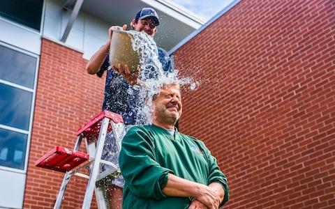 Zwei Männer führen die Ice Bucket Challenge durch.