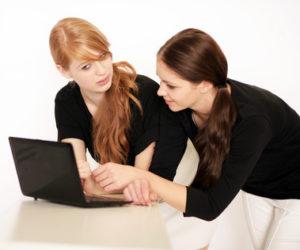 Vorsichtiger, als manch einer denkt: Jugendliche in sozialen Netzwerken. © Peter Atkins - Fotolia.com #46929559