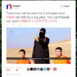 Posting, auf dem ISIS-Anhänger eine Banane isst. Zwei japanische Journalisten knien neben ihm.