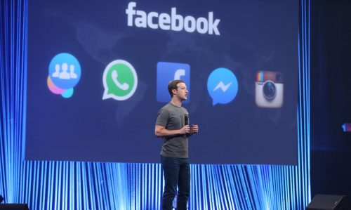 Mark Zuckerberg spricht auf einer Bühne.