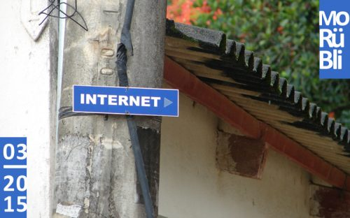 """Ein Schild an einer Mauer auf dem """"Internet"""" steht und einem Pfeil, der nach rechts weist."""