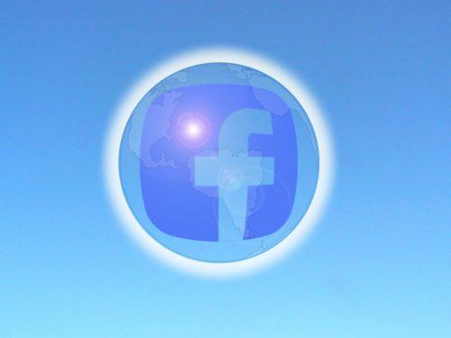 Das Facebook Logo schwebt in einer Blase vor blauem Grund.