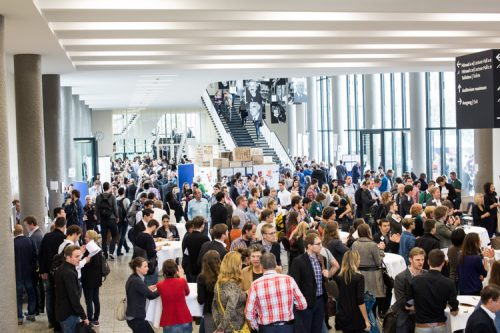 Eine Halle voller Menschen.
