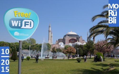 """Fotografie der Hagia Sophia. Im Vordergrund links steht ein Schild mit der Aufschrift """"Free Wi-Fi""""."""
