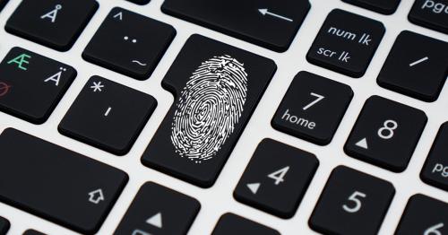 Nahaufnahme einer Tastatur. Auf der Enter Taste ist ein Fingerabdruck abgebildet.