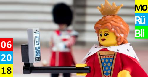 Eine Lego Prinzessin macht ein Selfie mit einem Selfiestick.