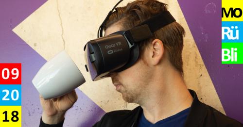 Ein Mann trägt eine VR Brille und schaut in eine Tasse.