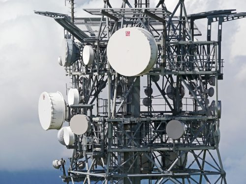 Telekommunikationsfunkmast mit vielen Antennen. Netzausbau 5G.