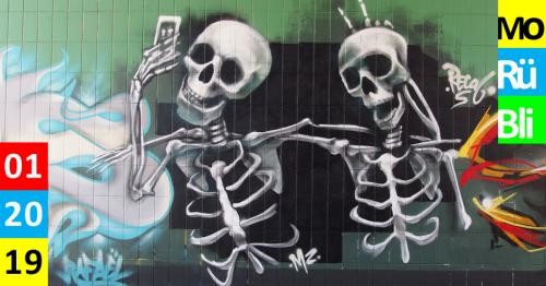 Ein Graffiti von zwei Skeletten, die ein Selfie aufnehmen.