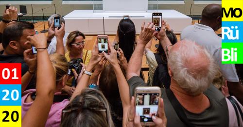 Menschenmenge im Museum. Alle versuchen die Mona Lisa mit ihren Smartphones zu fotografieren.