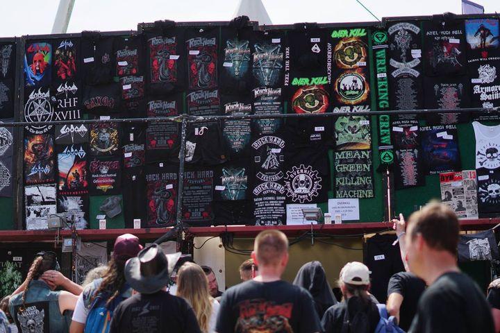 Social Media Live Einsatz: Merchandise Stand und Besucher auf dem Festivalgelände
