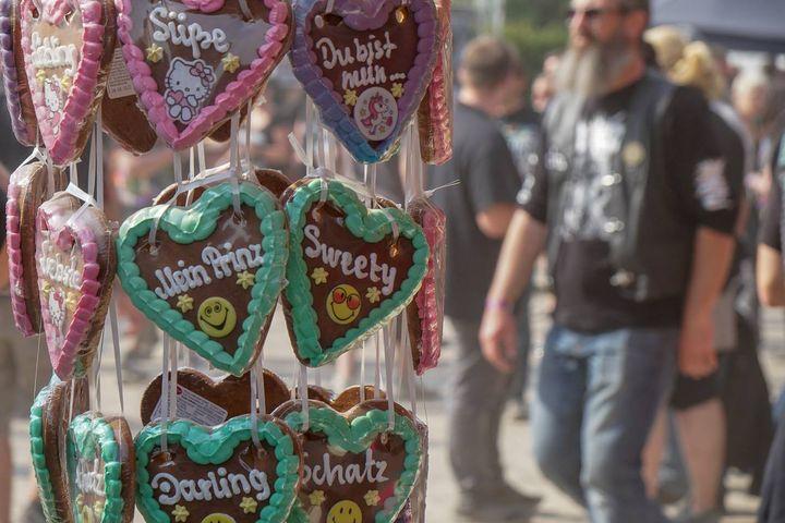 Foto eines Lebkuchenherz-Standes auf dem belebten Rock Hard Festivalgelände