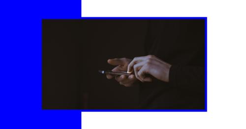 Apps bei Depressionen - im Bild, Hände mit Smartphone
