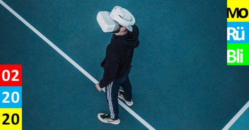 Titelbild Monatsrückblick, Mann steht auf Tennisplatz mit aufgesetzter Virtual Reality Brille