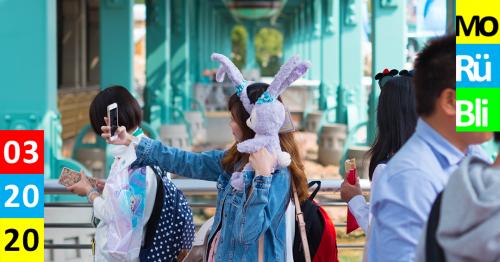 Asiatische Frau fotografiert sich mit Plüschhasen auf der Schulter Monatsrückblick März